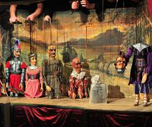 <em>Bezhlavý rytíř</em> (2001) par Naivní divadlo Libere<em>c</em> (Libere<em>c</em>, République t<em>c</em>hèque), mise en s<em>c</em>ène : Tomáš Dvořák, s<em>c</em>énographie : Ivan Nesveda