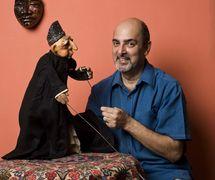 Marionnettiste indien, metteur en s<em>c</em>ène de théâtre de marionnettes et dire<em>c</em>teur de festival, ave<em>c</em> une marionnette à tiges d'un Parsee <em>c</em>réé en 1976