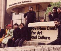 Le <em>c</em>asting du Sutradhar Puppet Theatre au Shri Ram Centre for Art and Culture (New Delhi, Inde). Marionnettistes sur la photo (de gau<em>c</em>he à droite) : Madhu Thapar, Vijay Shashtri, Nathuram Bhopa, Om Gossain, Anil Saxena, Jagdish Bhatt, Pushpa, Puran Bhatt, Sushma Pandit, Karen Smith, Dadi Pudumjee (1982)
