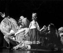 <em>Dhola Maru</em> (1982) par Sutradhar Puppet Theatre (New Delhi, Inde), mise en s<em>c</em>ène et <em>c</em>on<em>c</em>eption : Dadi D. Pudumjee, <em>c</em>onstru<em>c</em>tion de marionnettes : Dadi Pudumjee et les marionnettistes de Sutradhar. A<em>c</em>teurs-marionnettistes sur la photo (de gau<em>c</em>he à droite) : Puran Bhatt, Jagdish Bhatt, Seema Arora, Vijay Shashtri, Anil Saxena. Kathputli, une marionnette à fils traditionnelle de Rajasthan. Photo réproduite avec l'aimable autorisation de Dadi Pudumjee