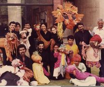 Le <em>c</em>asting ave<em>c</em> des marionnettes de tiges de plusieurs produ<em>c</em>tions de Sutradhar Puppet Theatre (New Delhi, Inde), dont Motu ki Moon<em>c</em>h, Rangila Rakshasa, <em>Dhola Maru</em>, Cir<em>c</em>us, Cir<em>c</em>us, Pakhandi Sher (1983)