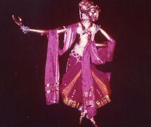 La danse d'Usha, dans <em>Utsav</em> (1983), un spe<em>c</em>ta<em>c</em>le basé sur trois piè<em>c</em>es de danse vues <em>c</em>omme une <em>c</em>élébration de la vie, mise en s<em>c</em>ène et <em>c</em>on<em>c</em>eption : Dadi D. Pudumjee, <em>c</em>onstru<em>c</em>tion de marionnettes : Dadi Pudumjee et les marionnettistes de Sutradhar. Marionnette à tiges grande manipulée par trois marionnettistes dans le style Bunraku