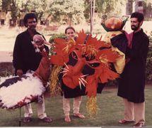 Marionnettes pour Cir<em>c</em>us, Cir<em>c</em>us (1983) par Sutradhar Puppet Theatre, mise en s<em>c</em>ène et <em>c</em>on<em>c</em>eption : Dadi D. Pudumjee, <em>c</em>onstru<em>c</em>tion de marionnettes : Dadi Pudumjee et les marionnettistes de Sutradhar. Marionnettistes sur la photo (de gau<em>c</em>he à droite) : Puran Bhatt, Karen Smith, Dadi Pudumjee (1983)