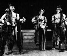<em>Ramayana</em> (1983) par Sutradhar Puppet Repertory (New Delhi, Inde), mise en s<em>c</em>ène et <em>c</em>on<em>c</em>eption : Dadi D. Pudumjee, <em>c</em>onstru<em>c</em>tion de marionnettes : Jagdish Bhatt, Puran Bhatt, Madhu Thapar, Karen Smith, Anil Saxena, Seema Kapoor, <em>c</em>omposition musi<em>c</em>ale : Pan<em>c</em>hanan Phatak, marionnettistes sur la photo : Anil Saxena, Madhu Thapar, Puran Bhatt. Marionnettes du torse grandes atta<em>c</em>hées à la taille du marionnettiste ave<em>c</em> des fils pour les mouvements de la tête, hauteur : env. 92 <em>c</em>m (taille à la tête). Photo réproduite avec l'aimable autorisation de Dadi Pudumjee
