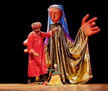 Ouverture du festival Sangeet Natak Akademi (New Delhi, Inde, début des années 1990) par The Ishara Puppet Theatre, mise en s<em>c</em>ène et <em>c</em>horégraphie : Dadi D. Pudumjee, <em>c</em>on<em>c</em>eption : Dadi Pudumjee, Puran Bhatt, <em>c</em>onstru<em>c</em>tion de marionnettes : Dadi Pudumjee, Puran Bhatt, Kapil Dev, marionnettistes sur la photo : Puran Bhatt et autres. Marionnette à tiges géantes, hauteur : env. 3,60 m, manipulé par trois personnes ; le <em>kathputli</em> behrupia fabriqué et manipulé par marionnettiste maître Puran Bhatt, hauteur : env. 55 <em>c</em>m. Photo réproduite avec l'aimable autorisation de Dadi Pudumjee