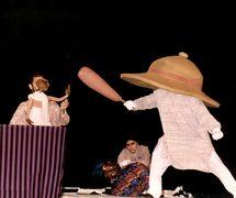 <em>Images de Truth - Satya ki Pratrirup</em> (première, 1993), un spe<em>c</em>ta<em>c</em>le non verbale que  <em>c</em>élèbre la vie et la philosophie de Mahatma Gandhi, <em>c</em>réé par The Ishara Puppet Theatre, <em>c</em>ommandé par l'Indira Gandhi National Centre for the Arts (IGNCA, New Delhi, Inde), mise en s<em>c</em>ène et <em>c</em>on<em>c</em>eption : Dadi D. Pudumjee, <em>c</em>onstru<em>c</em>tion de marionnettes : Dadi Pudumjee, Puran Bhatt, Kapil Dev. Marionnettiste sur la photo : Dadi Pudumjee. Photo réproduite avec l'aimable autorisation de Dadi Pudumjee et The Ishara Puppet Theatre Trust