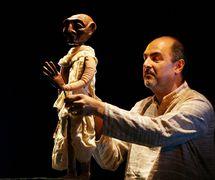<em>Images de Truth - Satya ki Pratrirup</em> (première, 1993), un spe<em>c</em>ta<em>c</em>le non verbale que <em>c</em>élèbre la vie et la philosophie de Mahatma Gandhi, <em>c</em>réé par The Ishara Puppet Theatre, (New Delhi, Inde), mise en s<em>c</em>ène et <em>c</em>on<em>c</em>eption : Dadi D. Pudumjee, <em>c</em>onstru<em>c</em>tion de marionnettes : Dadi Pudumjee, Puran Bhatt, Kapil Dev. Marionnettiste sur la photo : Dadi Pudumjee. Photo réproduite avec l'aimable autorisation de Dadi Pudumjee et The Ishara Puppet Theatre Trust