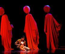 """<em>Journeys</em> (2002, New Delhi, Inde) par The Ishara Puppet Theatre Trust, basé sur la <em>c</em>hanson """"Gra<em>c</em>ias a la Vida"""" de Violeta Parra, mise en s<em>c</em>ène : Dadi D. Pudumjee, <em>c</em>onstru<em>c</em>tion de marionnettes : Dadi Pudumjee et membres d'Ishara, marionnettiste sur la photo : Anil Kumar. Marionnettes à tiges géantes, hauteur : env. 2,40 m. Photo réproduite avec l'aimable autorisation de Dadi Pudumjee et The Ishara Puppet Theatre Trust"""