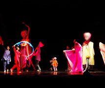"""<em>Journeys</em> (2002, New Delhi, Inde) par The Ishara Puppet Theatre Trust, basé sur la <em>c</em>hanson """"Gra<em>c</em>ias a la Vida"""" de Violeta Parra, mise en s<em>c</em>ène et <em>c</em>on<em>c</em>eption : Dadi D. Pudumjee, <em>c</em>onstru<em>c</em>tion de marionnettes : Dadi Pudumjee et membres d'Ishara, marionnettistes sur la photo : Anurupa Roy, Anil Kumar et d'autres. Marionnettes à tiges géantes, hauteur : env. 2,40 m. Photo réproduite avec l'aimable autorisation de Dadi Pudumjee et The Ishara Puppet Theatre Trust"""