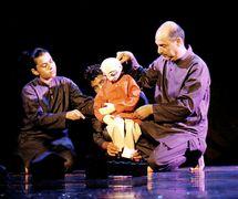 "<em>Journeys</em> (2002, New Delhi, Inde) par The Ishara Puppet Theatre Trust, basé sur la <em>c</em>hanson ""Gra<em>c</em>ias a la Vida"" de Violeta Parra, mise en s<em>c</em>ène et <em>c</em>on<em>c</em>eption : Dadi D. Pudumjee, <em>c</em>onstru<em>c</em>tion de marionnettes : Dadi Pudumjee et membres d'Ishara, marionnettistes sur la photo : Anurupa Roy, Anil Kumar et Dadi Pudumjee. Marionnette à tiges. Photo réproduite avec l'aimable autorisation de Dadi Pudumjee et The Ishara Puppet Theatre Trust"