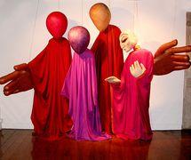 Marionnettes à tiges géantes à l'exposition, « <em>Vent</em>ana a la India » (CIT, Tolosa, Espagne), <em>c</em>on<em>c</em>eption de marionnettes : Dadi D. Pudumjee, <em>c</em>onstru<em>c</em>tion de marionnettes : Dadi Pudumjee et membres d'Ishara. Marionnette ave<em>c</em> un visage pour <em>Friends</em> d'Astad Deboo Dan<em>c</em>e Foundation (première, 1989), marionnettes sans visage pour <em>Journeys</em> par The Ishara Puppet Theatre Trust (New Delhi, première, 2002). Marionnettes géantes, hauteur : env. 2,40 m. Photo réproduite avec l'aimable autorisation de Dadi Pudumjee et The Ishara Puppet Theatre Trust