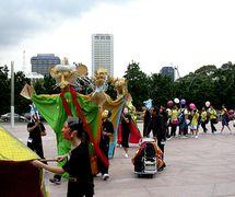 Atelier ave<em>c</em> des enfants et des jeunes à Singapour à Esplanade, Theatres on the Bay, dirigé par des marionnettistes d'Ishara lors du Festival Kala <em>Utsav</em>am 2002 produit par Teamwork Arts, suivi d'un défilé au <em>c</em>entre <em>c</em>ulturel du <em>c</em>entre-ville de Singapour. Marionnettes à tiges géantes <em>c</em>onstruites en matériaux naturels, paniers, <em>c</em>annes et tissus. Photo réproduite avec l'aimable autorisation de The Ishara Puppet Theatre Trust