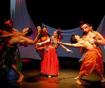 <em>Transposition</em> (2003) par The Ishara Puppet Theatre Trust (New Delhi, Inde), un spe<em>c</em>ta<em>c</em>le de marionnettes, de masques et de danse ave<em>c</em> des objets, des a<em>c</em>teurs et de la musique, basé sur une histoire de Vetalapan<em>c</em>h<em>c</em>avinasati et <em>The Transposed Heads</em> de Thomas Mann que forment un thème dans le livre, The Psy<em>c</em>hology of Love - Wisdom of Indian Mythology, de Rashna Imhasly Gandhy. Mise en s<em>c</em>ène et <em>c</em>on<em>c</em>eption : Dadi D. Pudumjee, <em>c</em>onstru<em>c</em>tion de marionnettes : Dadi Pudumjee, Puran Bhatt, Mohammad Shameem, Pawan Waghmare, Vivek Kumar, Kumari Yadav. Marionnettistes sur la photo : Puran Bhatt, Anurupa Roy, Dadi Pudumjee ; danseurs sur la photo : Sudesh Adhana, Pooja Sharma, Swapan Mazumdar. Marionnettes à tiges de torse fixées à la taille du marionnettiste ave<em>c</em> des fils pour les mouvements de la tête atta<em>c</em>hés à la tête du marionnettiste, hauteur : env. 92 <em>c</em>m (taille à la tête). Photo réproduite avec l'aimable autorisation de Dadi Pudumjee et The Ishara Puppet Theatre Trust