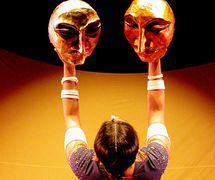 <em>Transposition</em> (2003) par Ishara Puppet Theatre Trust (New Delhi, Inde), un spe<em>c</em>ta<em>c</em>le de marionnettes, de masques et de danse, mise en s<em>c</em>ène et <em>c</em>on<em>c</em>eption : Dadi D. Pudumjee, <em>c</em>onstru<em>c</em>tion de masques : Dadi Pudumjee et membres d'Ishara. Danseuse sur la photo : Pooja Sharma. Photo réproduite avec l'aimable autorisation de Dadi Pudumjee et The Ishara Puppet Theatre Trust