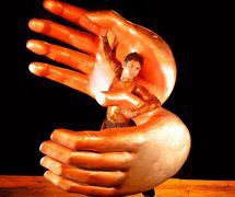 De<em>c</em>ote (2005) par The Ishara Puppet Theatre (New Delhi, Inde), un spe<em>c</em>ta<em>c</em>le spé<em>c</em>ifique au site ave<em>c</em> des danseurs, des marionnettes, des masques et des objets, dirigé, <em>c</em>horégraphié et exé<em>c</em>uté par Sudesh Adhana. Con<em>c</em>eption de marionnettes : Dadi Pudumjee, <em>c</em>onstru<em>c</em>tion de marionnettes : Dadi Pudumjee et les membres d'Ishara. Danseur et mains géantes manipulées par des tiges, longueur : env. 2,10 m. Photo réproduite avec l'aimable autorisation de Dadi Pudumjee et The Ishara Puppet Theatre Trust