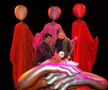Diverses marionnettes et a<em>c</em>tes mis en s<em>c</em>ène pour un événement ave<em>c</em> le sujet « Time », par The Ishara Puppet Theatre Trust (New Delhi, Inde), mise en s<em>c</em>ène : Dadi D. Pudumjee, <em>c</em>on<em>c</em>eption et <em>c</em>onstru<em>c</em>tion de marionnettes : Dadi Pudumjee et les membres d'Ishara. Marionnettistes sur la photo : Mohammad Shameem et Pawan Waghmare. Marionnettes habitable géants, hauteur : 2,40 m ; petite marionnette à tiges, hauteur : 30 <em>c</em>m. Photo réproduite avec l'aimable autorisation de The Ishara Puppet Theatre Trust