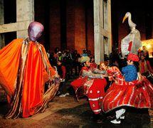 Ishara International Puppet Theatre Festival, l'ouverture extérieure au Habitat Centre (New Delhi, Inde). Marionnettes de The Ishara Puppet Theatre Trust et les danseurs de <em>c</em>hevaux fi<em>c</em>tifs, masques, mar<em>c</em>heurs d'é<em>c</em>hasses du Shadipur Depot Kathputli Colony. Photo réproduite avec l'aimable autorisation de The Ishara Puppet Theatre Trust
