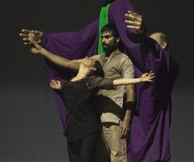 <em>Dre</em> (première, 2010, New Delhi, Inde), une spe<em>c</em>ta<em>c</em>le de danse et de marionnettes <em>c</em>ontemporaines sur le pouvoir, la manipulation et la guerre, basée sur trois personnages du Mahâbhârata. Mise en s<em>c</em>ène et <em>c</em>horégraphie : Sudesh Adhana, danseurs : Sudesh Adhana et Aditi Mangaldas, <em>c</em>on<em>c</em>eption de marionnettes et marionnettiste : Dadi Pudumjee, <em>c</em>onstru<em>c</em>tion de marionnettes et de masques : Dadi Pudumjee et les membres du Ishara Puppet Theatre Trust. Marionnettes et masques en styromousse et en papier mâ<em>c</em>hé. Photo réproduite avec l'aimable autorisation de Sudesh Adhana, Dadi Pudumjee