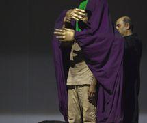 <em>Dre</em> (première, 2010, New Delhi, Inde), une spe<em>c</em>ta<em>c</em>le de danse et de marionnettes <em>c</em>ontemporaines sur le pouvoir, la manipulation et la guerre, basée sur trois personnages du Mahâbhârata. Mise en s<em>c</em>ène et <em>c</em>horégraphie : Sudesh Adhana, danseurs : Sudesh Adhana et Aditi Mangaldas, <em>c</em>on<em>c</em>eption de marionnettes et marionnettiste : Dadi Pudumjee, <em>c</em>onstru<em>c</em>tion de marionnettes et de masques : Dadi Pudumjee et les membres du The Ishara Puppet Theatre Trust. Marionnettes et masques en styromousse et en papier mâ<em>c</em>hé. Photo réproduite avec l'aimable autorisation de Sudesh Adhana, Dadi Pudumjee