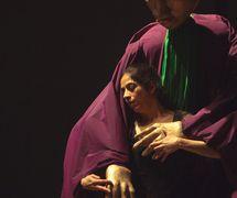 <em>Dre</em> (première, 2010, New Delhi, Inde), mise en s<em>c</em>ène et <em>c</em>horégraphie : Sudesh Adhana, danseurs : Sudesh Adhana et Aditi Mangaldas, <em>c</em>on<em>c</em>eption de marionnettes et marionnettiste : Dadi Pudumjee, <em>c</em>onstru<em>c</em>tion de marionnettes et de masques : Dadi Pudumjee et les membres du The Ishara Puppet Theatre Trust. Marionnettes et masques en styromousse et en papier mâ<em>c</em>hé. Photo réproduite avec l'aimable autorisation de Sudesh Adhana, Dadi Pudumjee