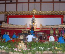 Un <em>dalang</em> de Java <em>c</em>on la orquesta gamelan y las <em>c</em>antantes (pesinden). Teatro de sombras, <em><em>wayang</em> kulit purwa</em> <em>Surakarta</em>. Foto: Karen Smith