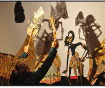 Un <em>dalang</em> javanés. Teatro de sombras, <em><em>wayang</em> kulit purwa</em> <em>Surakarta</em>. Fotografía cortesía de UNIMA-Indonesia