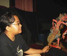 Una titiritera femenina, o <em>dalang</em>, <em>Sri</em> Rahayu Setiawati, <em>c</em>on un títere de sombra de Cakil en el estilo de <em><em>wayang</em> kulit purwa</em> <em>Surakarta</em>. Foto: Karen Smith