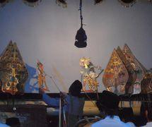 Un <em>dalang</em> javanés del teatro de sombras, <em>wayang</em> kulit Menak. Foto: Karen Smith