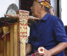 El <em>dalang</em> balinés, I Wayan Nartha, to<em>c</em>a el instrumento musi<em>c</em>al, le gender, que a<em>c</em>ompaña <em>wayang</em> parwa Bali. Foto: Karen Smith