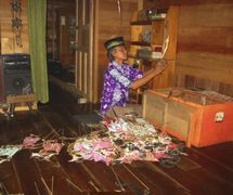 El <em>dalang</em>, Sastra Wijaya, de Banjarmasin en el sur de Kalimantan, Indonesia. Teatro de sombras, <em>wayang</em> Banjar. Foto: Karen Smith