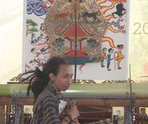 El <em>dalang</em> indonesio de la <em>c</em>ompañía <em>c</em>ontemporánea de Yakarta, Wayang beber Metropolitan. Foto: Karen Smith