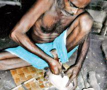 Satyabrata Das s<em>c</em>ulpte une marionnette à tiges, danger putul na<em>c</em>h, <em>c</em>onstruit en bois. Sour<em>c</em>e : https://www.telegraphindia.<em>c</em>om/1150703/jsp/howrah/story_29139.jsp