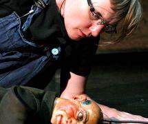 Rabi Lowe et une marionnette tchèque du XIXe siècle dans <em>Golem</em> par le théâtre Doo-Cot (Manchester, Royaume-Uni), mise en scène : Faynia Williams (2003), Mark Civil (2004). Hauteur de la marionnette : 1 mètre. Photo: Sheila Burnett