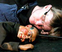<em>Golem</em> (2003) par le théâtre Doo-Cot (Manchester, Royaume-Uni), mise en scène : Faynia Williams (2003), Mark Civil (2004), conception et fabrication : Nenagh Watson, restauration de la marionnette : Jan <em>Ki</em>ng, projection : Rachael Field, interprètes : Nenagh Watson, Rachael Field, musique : Sylvia Hallett. Archive puppets and multimedia. Photo réproduite avec l'aimable autorisation de Collection : Nenagh Watson. Photo: Sheila Burnett