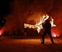 <em>Feeniks Tulilintu</em> (Phoenix the <em><em>Fire</em>bird</em>, 2013) by Maria Barič Company (Helsinki, Finland), direction: Maria Barič, design: Maria Barič, Petri Saunio, Nemanja Stojanovic, performer: Petri Saunio. Photo: © 2013 Imagna Visual