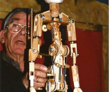 Francisco Peralta manipulating his masterly puppet prototype. Photo: Nati Cuevas Zugazagoitia