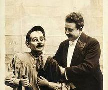 """Francisco Sanz Baldoví, conocido popularmente como """"Paco Sanz"""" y """"ventrílocuo Sanz"""", con uno de sus muñecos de ventrílocuo célebres, el borracho, primera mitad del siglo XX"""