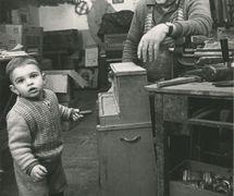 El maestro titiritero de la <em>opera dei pupi</em>, Gia<em>c</em>omo Cuti<em>c</em><em>c</em>hio (Palermo, Si<em>c</em>ilia, 1917-1985) <em>c</em>on su nieto, también llamado Gia<em>c</em>omo Cuti<em>c</em><em>c</em>hio (el hijo de Mimmo Cuti<em>c</em><em>c</em>hio, el famoso <em>puparo</em> y <em><em>c</em>untista</em>). Fotografía cortesía de Figli d'Arte Cuticchio