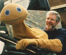 "A popular 20th <em>c</em>entury television <em>c</em>hara<em>c</em>ter, Zippy, with his ""handler"" Ronnie Le<em>Dre</em>w (1988). Colle<em>c</em>tion: The National Puppetry Ar<em>c</em>hive. Photo: Penny Francis"