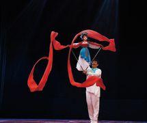 <em>Ribbon Dance</em> (人偶情, 1988) by Guangdongsheng Muou Jutuan (Haizhuqu, Guangzhou, Guangdong Province, People's Republic of China), direction: Cui Keqin, design/construction: He Weichao, puppeteer: Cui Keqin. Rod puppet, height: 70-100 cm. Photo courtesy of Guangdongsheng Muou Jutuan