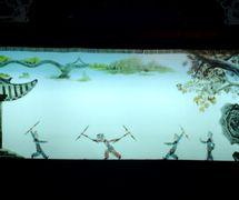 Mulan s'engage dans l'armée (木兰从军, 2002), créé par Yu Jiuwen, réalisée par Haerbin Ertong Yishu Juyuan Muou Piyingtuan (Harbin, province du Heilongjiang, République populaire de Chine), mise en scène : Gao Shufang, scénographieet fabrication: Yu Jiuwen, Lou Xiuhong, Wang Baihui, marionnettistes : Mu Yuqin, Kang Ranran. Théâtre d'ombres. Photo réproduite avec l'aimable autorisation de Guangdongsheng Muou Jutuan. Photo: Fu Lianbin