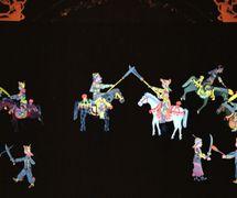 Mulan s'engage dans l'armée (木兰从军, 2002), créé par Yu Jiuwen, réalisé par Haerbin Ertong Yishu Juyuan Muou Piyingtuan (Harbin, province du Heilongjiang, République populaire de Chine), mise en scène : Gao Shufang, scénographieet fabrication: Yu Jiuwen, Lou Xiuhong, Wang Baihui, marionnettistes : Mu Yuqin, Kang Ranran. Théâtre d'ombres. Photo: Fu Lianbin