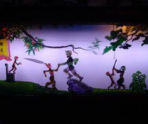 <em>Le Roi des singes apprend le Kongfu</em> (美 猴王 学艺, 2005), créé par Zhou Quanlai, réalisée par Haerbin Ertong Yishu Juyuan Muou Piyingtuan (Harbin, province du Heilongjiang, République populaire de Chine), mise en scène : Lu Guangyong, Xue Zhaoping, scénographieet fabrication: Guan Yongjiu, Lou Xiuhong, Wang Baihui, marionnettistes : Wang Pei, Kang Ranran, Lian Xingli, Yang Qingmei. Théâtre d'ombres. Photo: Zhou Fuquan