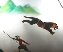 <em>Wu Song combat le tigre</em> (武松 打虎, 2010), créé par Wang Pei, réalisée par Haerbin Ertong Yishu Juyuan Muou Piyingtuan (Harbin, province du Heilongjiang, République populaire de Chine), mise en scène : Xue Zhaoping, scénographieet fabrication: Lou Xiuhong, Wang Baihui, marionnettistes : Kang Ranran, Lian Xingli, Lou Xiuhong, Wang Baihui. Théâtre d'ombres. Photo: Wu Zhongjun