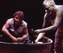 <em>Lift 'Em Up Socks</em> (2000), por Handspan Theatre (Melbourne, Australia), una producción con actores y marionetas, imágenes digitales y animación, inspirada en una colección de títeres de los años 1950 y basada parcialmente en la vida del artista Aborigen y actor de cine Tom E. Lewis. Puesta en escena: David Bell, puesta en escena titiritesca: Heather Monk, escenografía: Mary Sutherland, títeres y actores-titiriteros en la foto: El niño Aborigen (títere de varillas) con los actores Tom E. Lewis y Rod Primrose. Foto: Jeff Busby