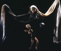 <em>Metafour</em> (1993), por Handspan Theatre (Melbourne, Australia), una producción en la que se utiliza movimiento, objetos y teatro negro. Foto: Ponch Hawkes