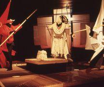<em>Secrets</em> (1983), por Handspan Theatre (Melbourne, Australia), escena con títeres e imágenes visuales, concepción, escenografía y puesta en escena: Nigel Triffitt. Foto: Ken Evans
