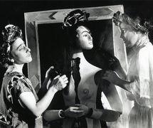 <em>Viva la Vida: Frida Kahlo</em> (1993), por Handspan Theatre (Melbourne, Australia), texto: Karen Corbett, escenografía: Ken Evans y Philip Lethlean, música original: Boris Conley. Títeres y titiriteros en la foto: Mexicana Frida (intérprete Carmelina Di Guglielmo) con Frida Títere y Frida Europea (intérprete Jane Bayly). Foto: Ponch Hawkes