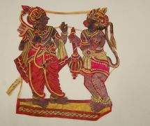 Râma et <em>Hanuman</em>, une petite figurine d'ombre <em>c</em>omposite d'Andhra Pradesh, en Inde, <em>tolu bommalata</em>, hauteur : 35 <em>c</em>m. Colle<em>c</em>tion : Center for Puppetry Arts (Atlanta, Géorgie, États-Unis). Photo réproduite avec l'aimable autorisation de Center for Puppetry Arts