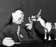 Dos títeres de Hogarth: un payaso de Jan Bussell y Muffin the Mule, por Fred Tickner (1933). Fotografía cortesía de Colección: The National Puppetry Archive